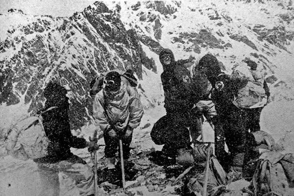 Montañistas guatemaltecos escalando el Kilimanjaro, 1981 - Foto Carlos Prahl