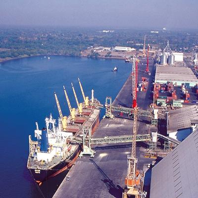 Descripción de foto - Barco en el agua esperando a terminar de recibir la embarcación de azúcar en Guatemala para exportación - Crédito - Asazgua