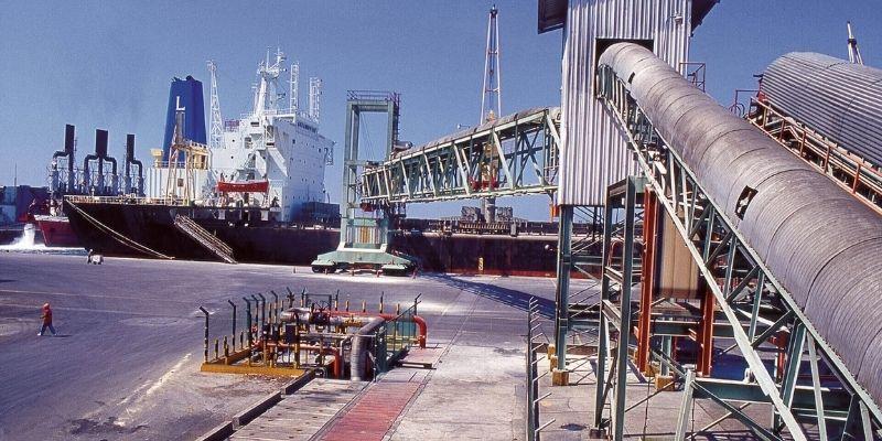 Descripción de foto - Barco en el agua siendo abordado por toneladas de azúcar para exportación. - Crédito - Asazgua - copia