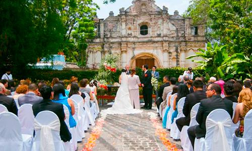 Descripción de foto - Boda civil en donde se observan a los invitados y a los novios en medio de las ruinas de Antigua Guatemala. - Crédito de foto - Impacto