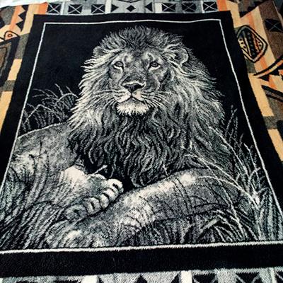 Descripción de foto - Cobertor de empresa San Marcos con una estampa de león en colo blanco y de fondo negro. - Crédito de foto - @yesijim35 - instagram