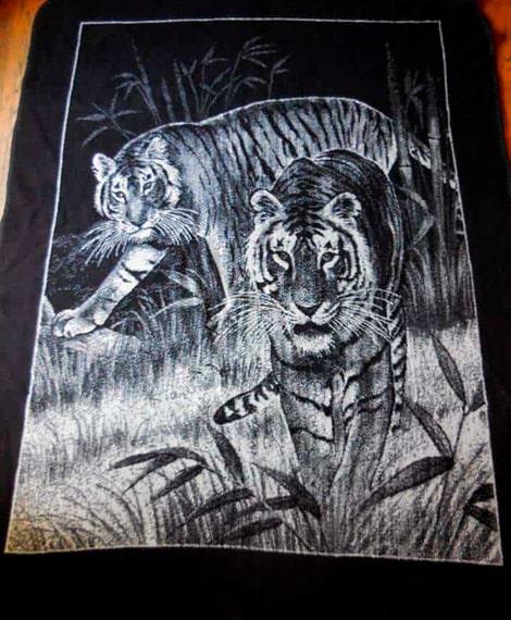 Descripción de foto - Cobertor de empresa San Marcos con una estampa de tigres en colo blanco y de fondo negro. - Crédito de foto - Noticias al día