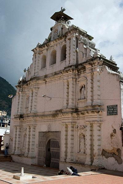 Descripción de foto - Exterior de la iglesia San Pedro Apóstol de Almolonga. - Crédito de foto - J.Enrique Molina