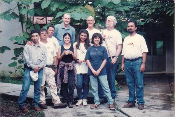 Descripción de foto - Jack Schuster con grupo de estudiantes y colaboradores. - Crédito de foto - Mary Lou