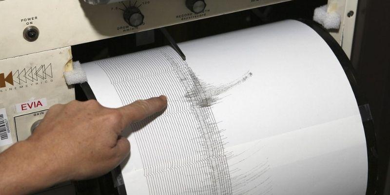 Descripción de foto - Mano de hombre señalando las ondas marcadas por un sismógrafo. - Crédito de foto - EFEverde
