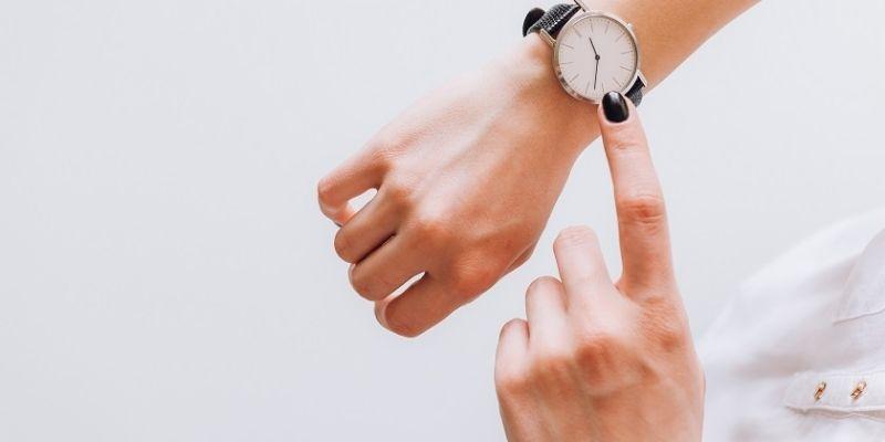 Descripción de foto - Manos de mujer indicando la hora de un reloj. - Crédito de foto - Talento Humano