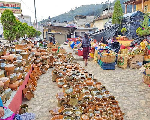 Descripción de foto - Mercado abierto con artesanías, comida y velas para los pobladores. - Crédito de foto - Noticias de Totonicapán