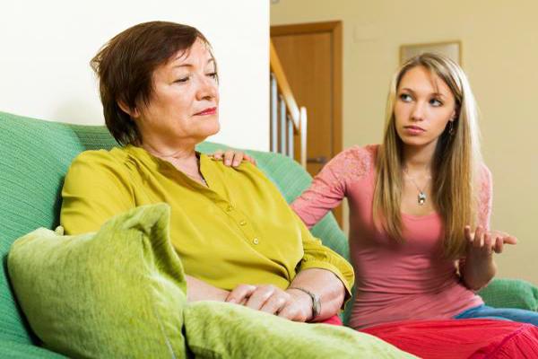 Descripción de foto - Mujer mayor ignorando a otra mujer mientras ella intenta llamar su atención. - Crédito de foto - Psicología online
