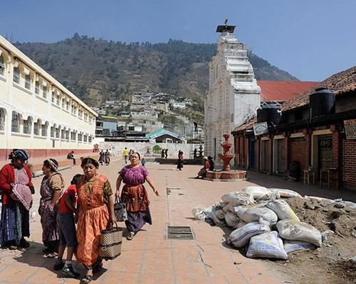 Descripción de foto - Mujeres de Almolonga saliendo del mercado justo al lado de la Iglesia San Pedro Apóstol. - Crédito de foto - MichaelGrantTrave