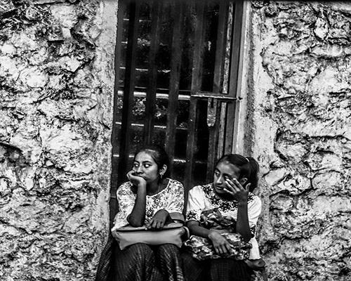 Descripción de foto - Niñas indígenas sentadas en el marco de una puerta. -Descripción de foto - @inesdube.jpg - instagram