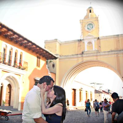 Descripción de foto - Pareja de guatemaltecos frente al arco de la Antigua Guatemala. - Crédito de foto - Creative Solutions GT