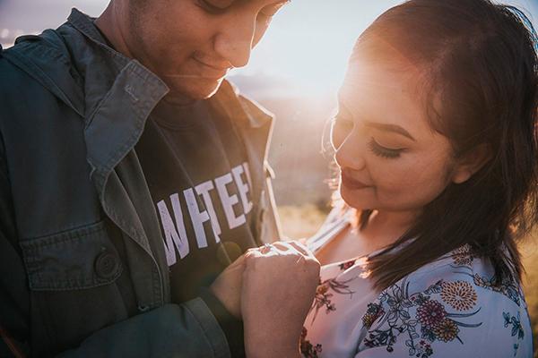Descripción de foto - Pareja guatemalteca tomándose de la mano y mostrando su anillo de compromiso durante un atardecer. - Crédito - Abel Perez Fotografía