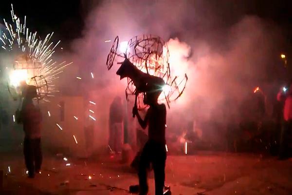 Descripción de foto - Persona realizando la danza del torito mientras se quema con fuegos artificiales. - Crédito de foto - Pinterest