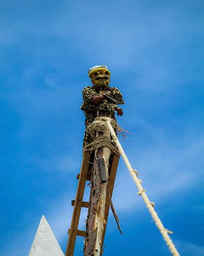 Descripción de foto - Personas vestidas con traje de tigre, buscando a su presa el mono. - Crédito de foto - Diseños Yhensel