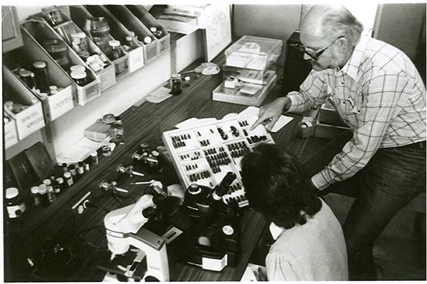 Descripción de foto - Schuster en 1975 mostrando su colecciópn de pasálidos a los estudiantes de la UVG. - Crédito de foto - Hellen Dahinten