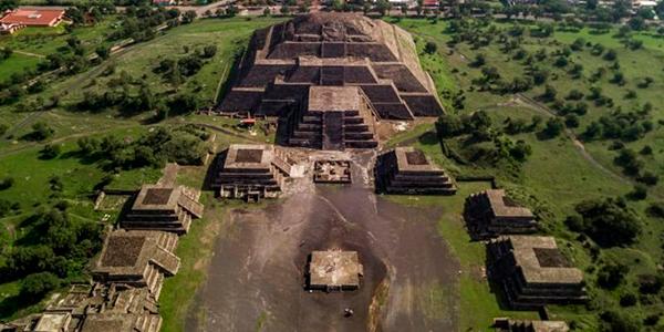 Descripción de foto - Vista aérea de las ruinas de Teotihuacan, México. - Crédito de foto - Concepto