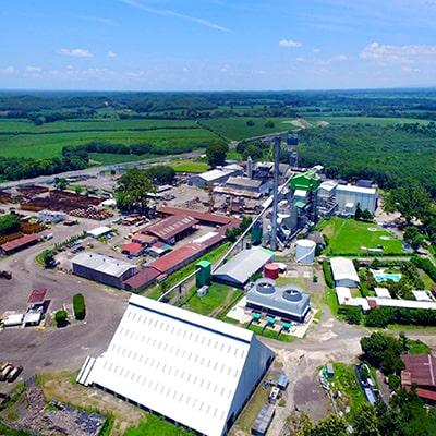 Descripción de foto -Vista aérea de uno de los ingenios donde se observa la plantación, las máquinas y el campo. - Crédito - Asazgua