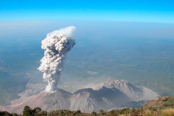 Descripción de foto - Vista aérea del Volcán Santiaguito haciendo erupción. - Crédito de foto - Toda Noticia