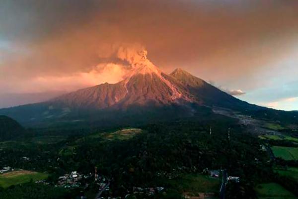 Descripción de foto - Vista a distancia del Volcán de Fuego con poca lava activa. - Crédio de foto - El Comercio
