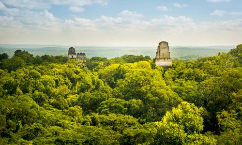 Descripción de foto - Vista de los tiemplos de Tikal durante el amanecer, mostrándo los bosques del trópico. - Crédito de foto - RCI