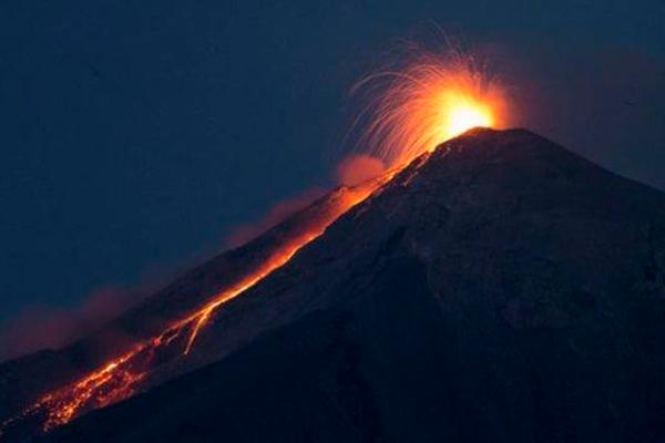 Descripción de foto - Volcán Pacaya durante la noche haciendo erupción. - Crédito de foto - El Nuevo Diario