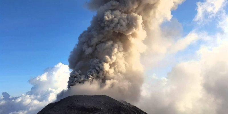 Descripción de foto - Volcán Santiaguito haciendo erupción durante la tarde, Guatemala 2015. - Crédito de foto - juanp756