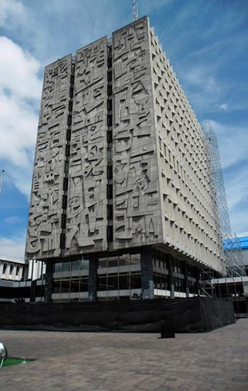 Descripción de foto - edificio del banco de Guatemala en mantenimiento y remodelacion, 2018. - Crédito de foto - Art Deco