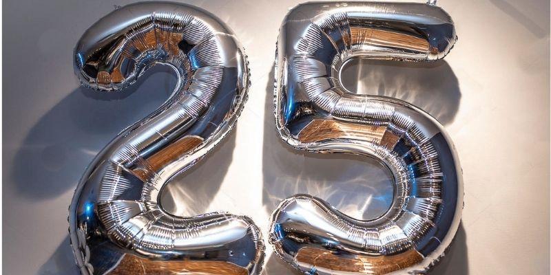 Descripción de foto - globos formando el número 25. - Crédito de foto - Vjacheslav Shishlov