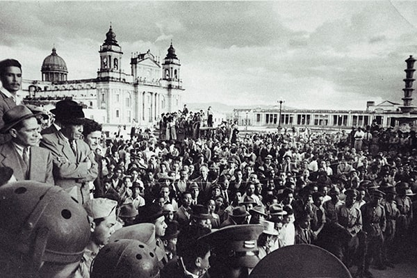 Descripción de foto - imagen a blanco de guatemaltecos durante la revolución del 44. - Crédito de foto - Signos e interpretantes