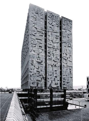 Descripción de foto - imagen a blanco y negro del edificio terminado del Banco de Guatemala. - Crédtio de foto - Reisen Architektur
