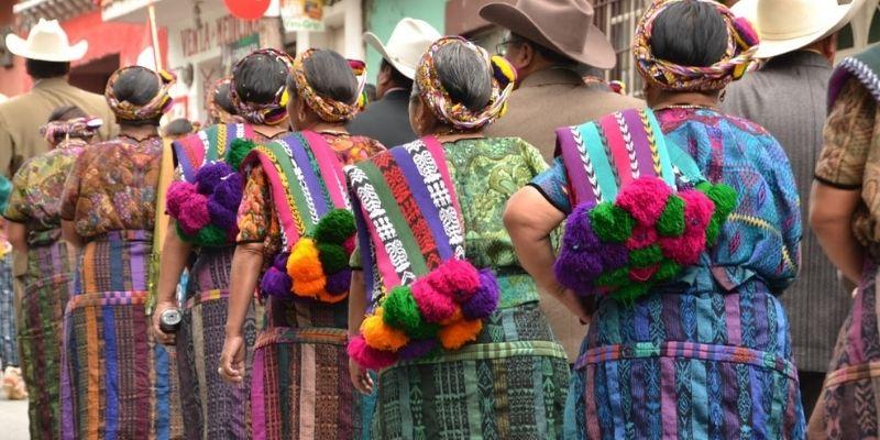 Descripción de foto - mujeres de Almolonga, caminando en fila, utilizando el huipil típico del municipio. - Crédito de foto - Marlene Walter
