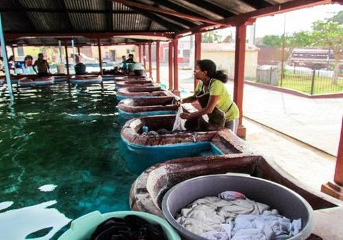 Descripción de foto - mujeres en pila de agua pública lavando su ropa. - Crédito de foto - De paso por_