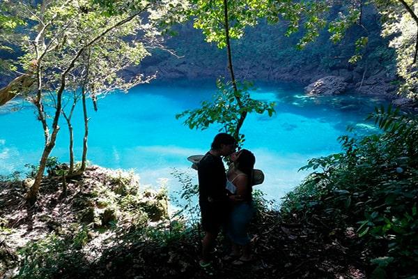 Descripción de foto - pareja guatemalteca dandose un beso cerca de la Laguna Brava de Guatemala. - Crédito de foto - Analy gonzalez