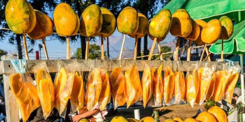 Descripción de foto - puesto de mangos en Guatemala en diferentes presentacione como la de bolsita. - Crédito de foto - Lucy Brown