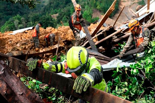 Descripción de foto - rescatistas levantando escombros de una zona boscosa en Guatemala. - Crédito de foto - NTN24