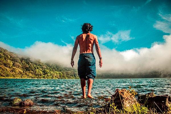 Descripción de foto - Hombre de espaldas, caminando en las aguas de la laguna de Ipala. - Crédito de foto - javier_ortiz19 - Instagram