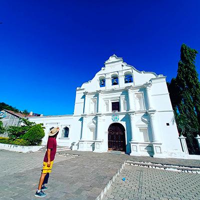 Descripción de foto - Hombre parado frente a la Iglesia de San Agustín, durante la mañana. - Crédito de foto - @chunramos - Instagram