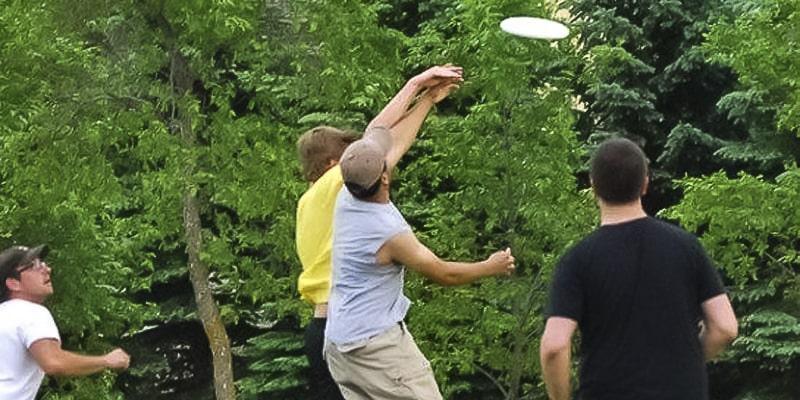 Descripción de foto - Hombres saltando por obtener un frisbee. - Crédito de foto - Steinbach
