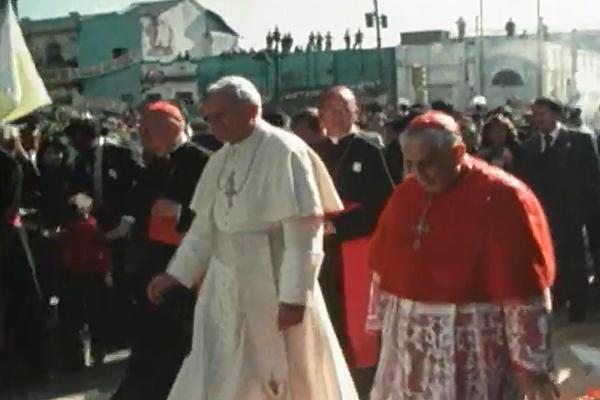 Descripción de foto - Juan Pablo II saliendo de haber dado misa en la catedral de la ciudad capital. - Crédito de foto - adn guatemala