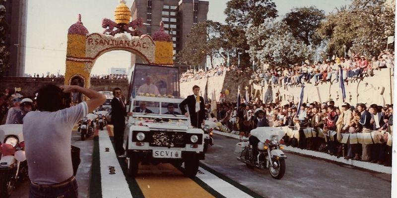 Descripción de foto - Recibimiento del Papa en 1983, con una alfombra de aserrí. - Crédito de foto - Mi viejo San Juan