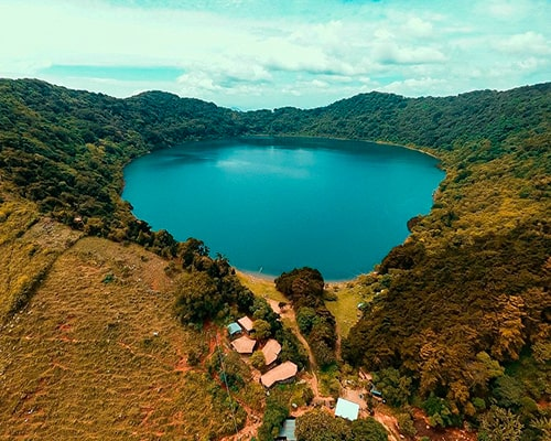 Descripción de foto - Vista aérea de la laguna y el volcán de Ipala. - Crédito de foto - @villatorotc - Instagram