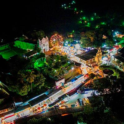 Descripción de foto - Vista aérea y nocturna de la feria de San Jerónimo Baja Verapaz, cerca de la iglesia. - Crédito de foto - Mayra Dayly Moran