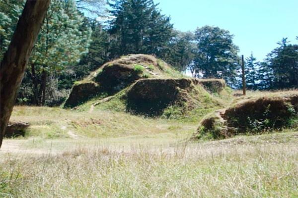 Descripción de foto - Vista de Gumarcaaj o Utatlán durante el día. - Crédito de foto - deguate. com