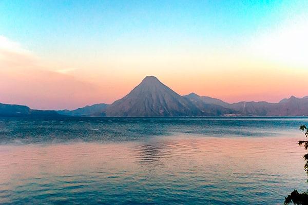 Descripción de foto - Vista del lago de Atitlán en el amanecer. - Crédito de foto - Visit Centroamérica