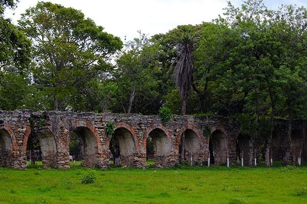 Descripción de foto - Vista lejana de los arcos de San Jerónimo Baja Verapaz. - Crédito de foto - Dalton Sique Photography