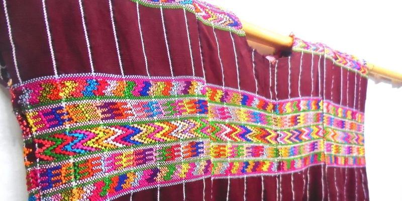 Descripción de foto - acercamineto a las texturas y detalles de los textiles y huipiles de Patzicía. - Crédito de foto - Maya Chic Guatemala