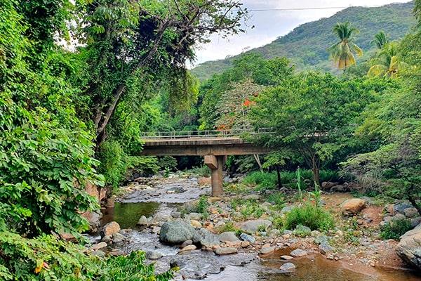 Descripción de foto - el río Hato pasando por debajo de un puente. - Crédito de foto infantiaN