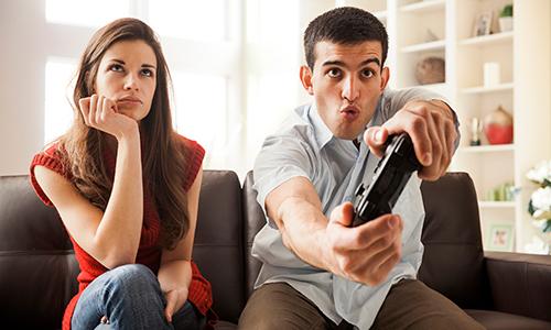 Descripción de foto - mujer irritada al lado de un hombre que sostiene un control de videojuegos. - Crédito de foto - Today Show