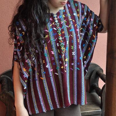 Descripción de foto - mujer portando el huipil de Patzicía. - Crédito de foto - Ixchel Textiles
