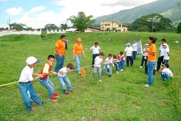 Descripción de foto - niños jugando al arranca cebollas con un lazo. - Crédito de foto - Juegos tradicionales blogg